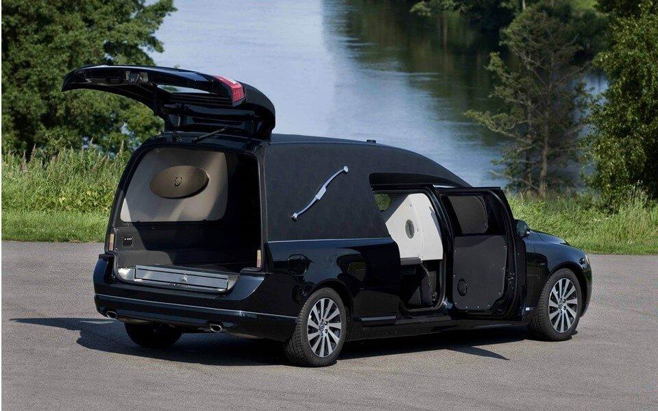 fekete-halottaskocsi-hatul-nyitott
